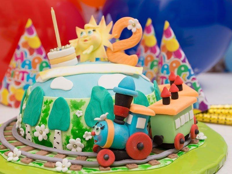 Παιδική τούρτα Τρενάκι από τα ζαχαροπλαστεία La Parfaite